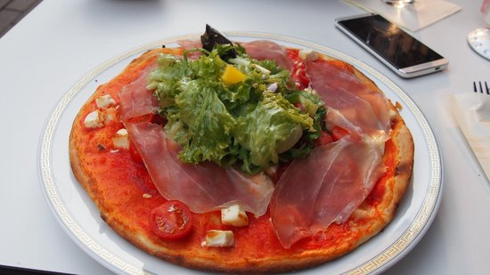 Palais: PIzza (with salad in center)