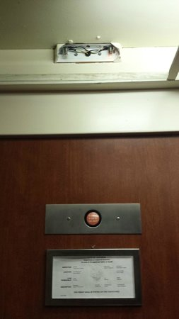 Radisson Suites Hotel Anaheim - Buena Park: Missing parts in elevator