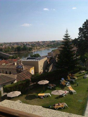 Parador de Zamora: vista de zamora y zona de piscina desde la habitacion