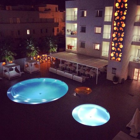 Ibiza Sun Apartments: Pool at night