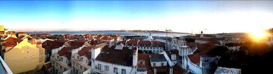 Lisb'on Hostel: Vista desde la terraza/habitaciones