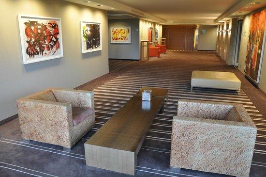Pullman Berlin Schweizerhof: Korytarze i hole z obrazami