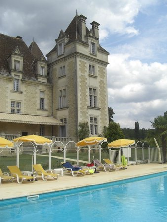 Chateau de Monrecour: Chateau and pool