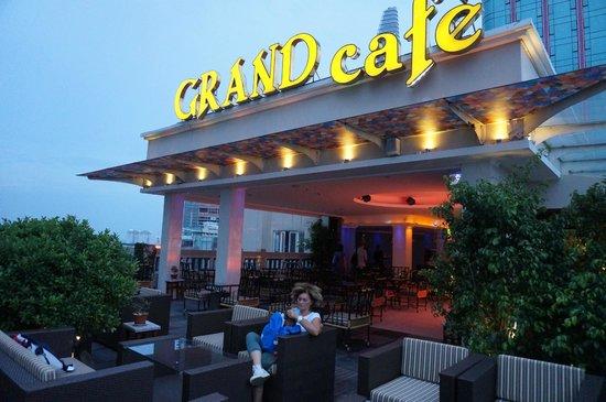 Grand Hotel Saigon: la terrazza con american bar