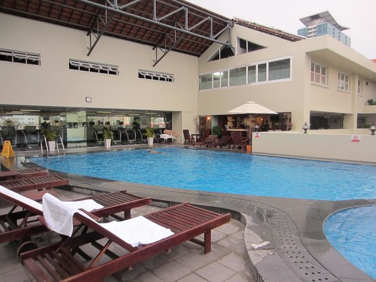 Rex Hotel: Swimmingpool, gym and one of the bars