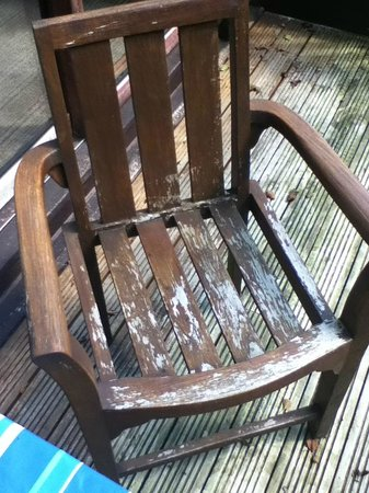 Tilford Woods Lodge Retreat: Peeling paint on decking