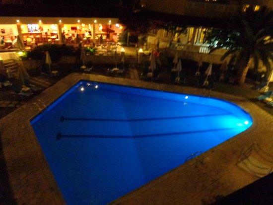 Pallas Hotel: Basen Pallas w nocy