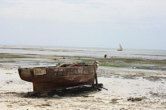Uroa Bay Beach Resort : Playa con marea baja
