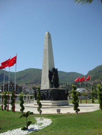 Downtown Fethiye: Монумент в честь героев Турции