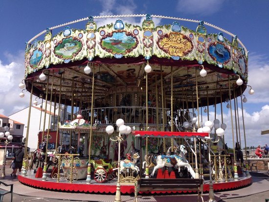La Yole: Two tiered carousel in St Gilles