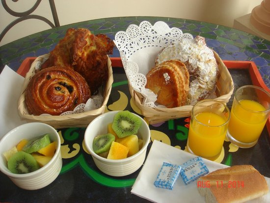Le Petit Hotel: A typical breakfast (included) at Le Petit! Prepare to gain a few pounds!