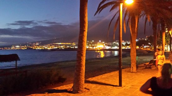 HD Parque Cristobal Tenerife : Beach area at night
