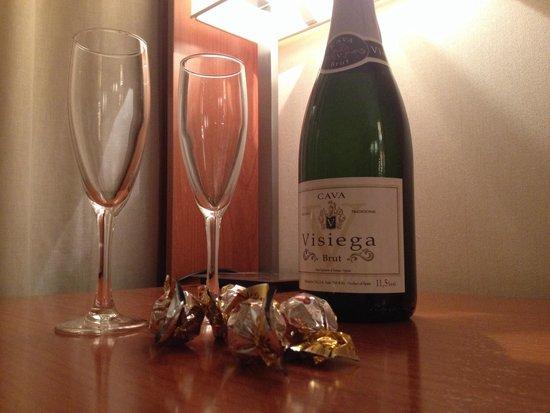 Hotel H2 Granada: Cava y trufas de bienvenida ( si las pides...)