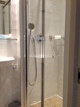 Rydges Kensington London: Tiny shower but plenty of hot water