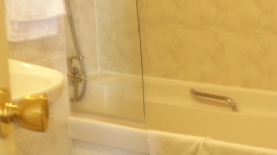 The Hotel Victoria: Bath and Shower