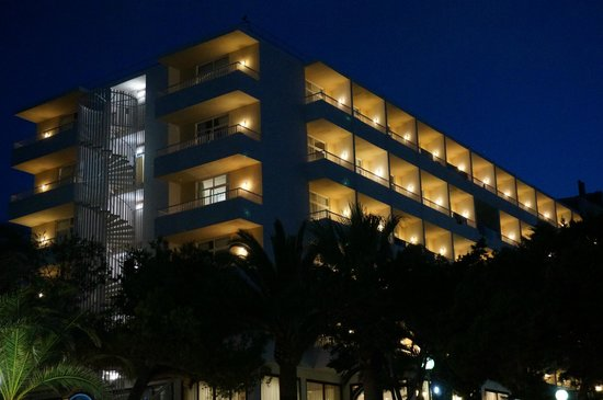 Fiesta Hotel Cala Nova: hotel at night from pool