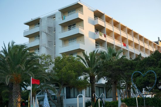 Fiesta Hotel Cala Nova: hotel from pool