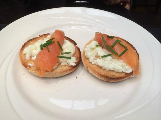 Hotel Ceilidh-Donia: Egg whites and salmon on english muffin. (the plate is smiling!)