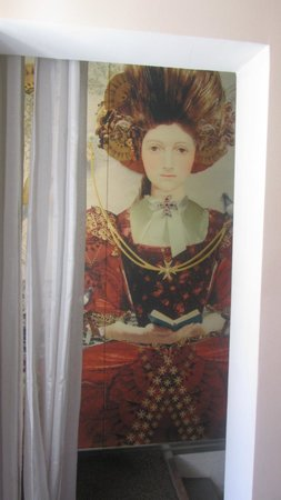 Valletta Suites : Mural in corridor