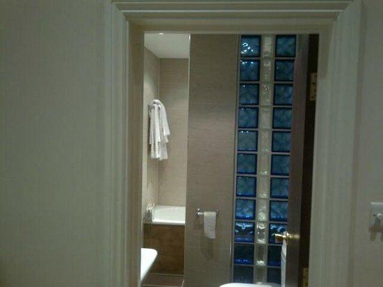 Royal Eagle Hotel: bathroomn