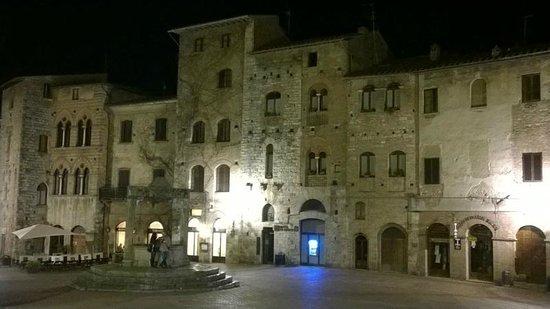 Piazza della Cisterna: Площадь вечером