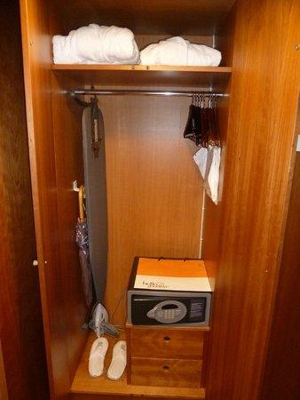 Sheraton Stockholm Hotel: Closet