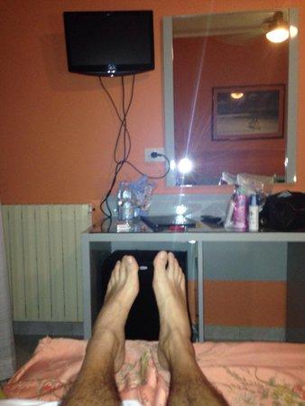 Hotel Villa Ombrosa: Notate la distanza dei piedi al muro e capirete l'ampiezza della camera