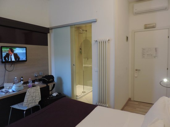 Hotel Genius Downtown : Bathroom with rain shower head