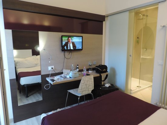 Hotel Genius Downtown : Small work area, flat-screen TV