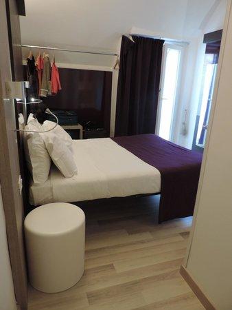 Hotel Genius Downtown : Tiny bathroom