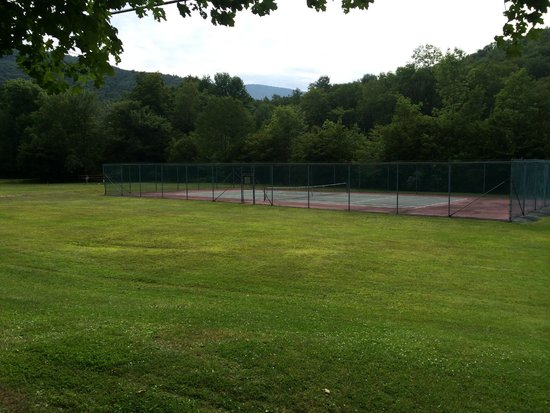 ‪‪Slide Mountain Forest House‬: Tennis Courts‬