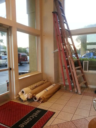 Quality Inn & Suites: Ladders against wall in Lobby