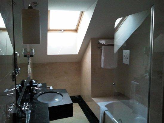 Melia Recoletos Hotel: Bathroom