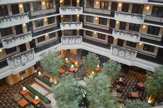 Embassy Suites by Hilton Dulles Airport: Hotel Breakfast/lobby area