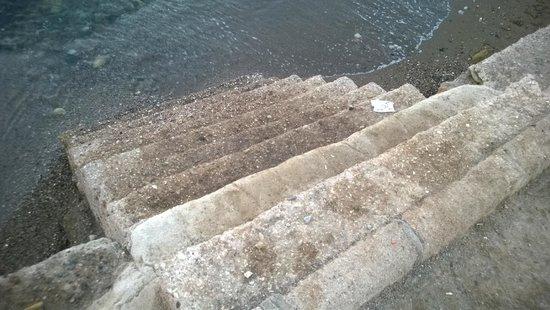 Club Datca Tatil Koyu: süper emniyetli halk plajına iniş merdiveni, yalnız inmeyin.