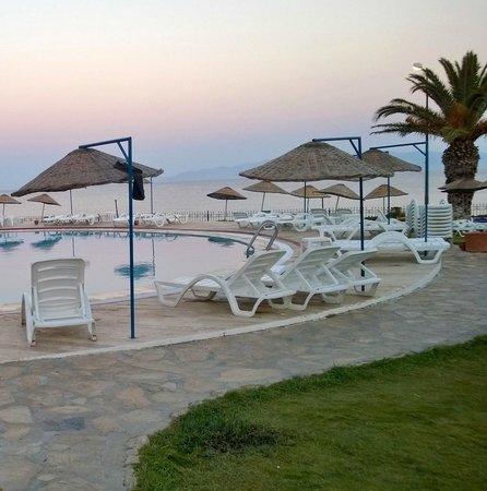 Club Datca Tatilkoyu: sahil ile otel alanı arasındaki halk yürüyüş yolu ve ötesinde muhteşem sahil