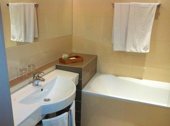 Hotel Avance: bathroom