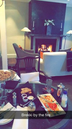Eichardt's Private Hotel: Breakfast by the fire