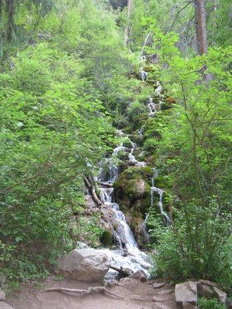 Hanging Lake Trail : Creek and waterfall