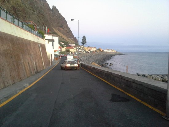 Aparthotel Paul do Mar : the road from hotel to the village
