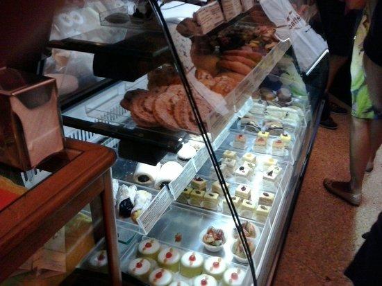Caffe Sicilia: Mostador de pastelitos