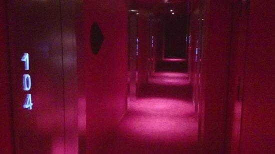Room Mate Oscar: 1st floor corridor - dark and pink