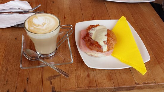 722 Gradi: Cafe latte + Ham and cheese croissant.