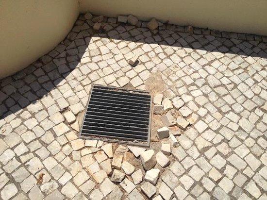 Vila Galé Cerro Alagoa : Dangerous paving by pool
