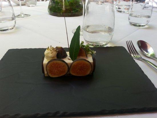 Restaurant Vincent Croizard : Dessert aux figues sur un biscuit d'olive avec un coeur en mascarponne
