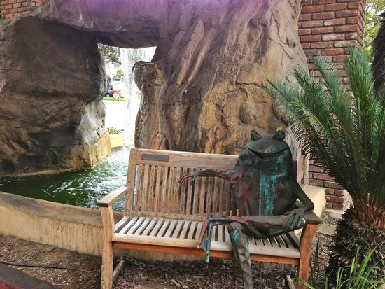 Santa Maria Inn: Fountain in Driveway