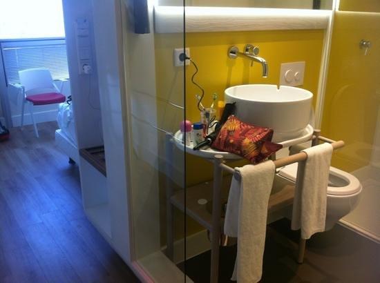 Qbic Hotel Amsterdam WTC: baño/habitacion