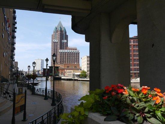 Milwaukee RiverWalk: view of the Riverside Walk from Wisconsin Avenue