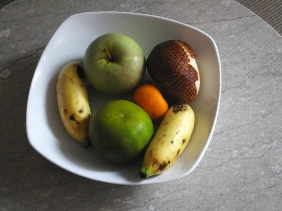 Courtyard by Marriott Bali Nusa Dua Resort: Fruit platter in our room.  Nice welcome detail.