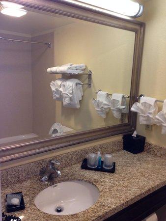 Aqua Beach Inn: Excellent bathroom and clean